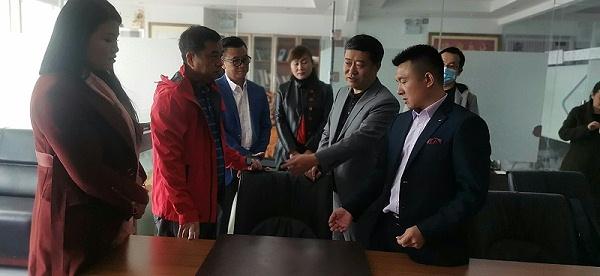 未来星防静电地板总经理汤德涛带领参观